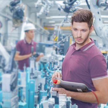 Mann erfasst Betriebsdaten an Maschine