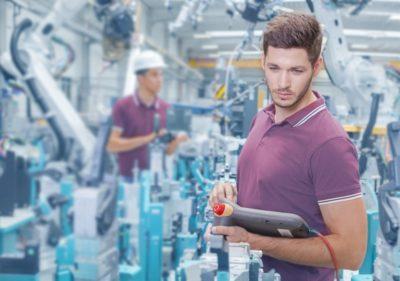Mann bei der Erfassung von Auftragszeiten in der Produktion