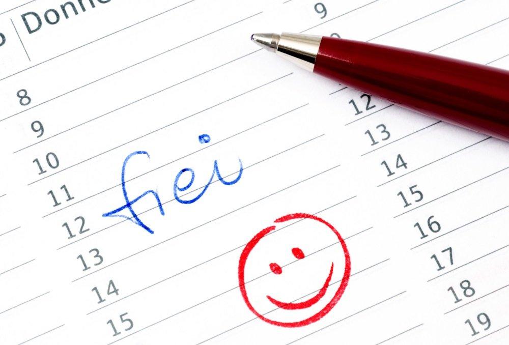 Brückentag Kalendereintrag frei und Kugelschreiber