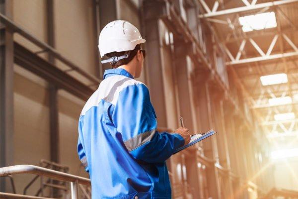 Arbeiter in Produktionshalle