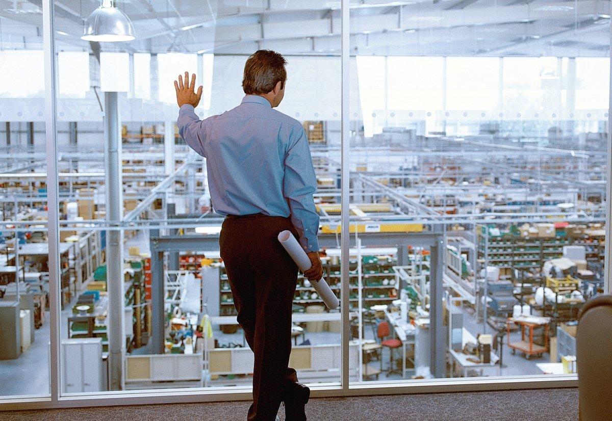 Mann schaut in Produktionshalle