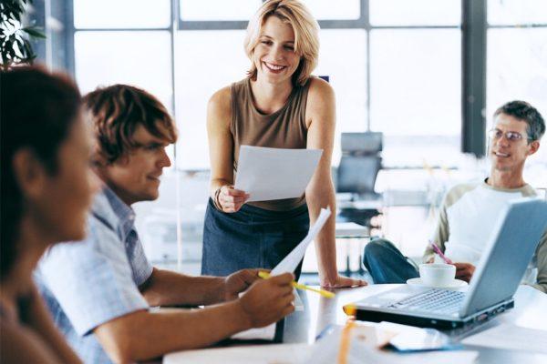 Personaleinsatzplanung mit Kollegen am PC