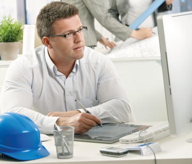 Mann bei der Planung am PC