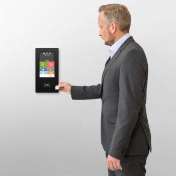 Mann an Terminal mit RFID-Chip
